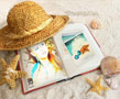 N-822 A deserted beach and hat made of straw, which covers a book with your photo. That's how your next photo frame will look like. There are also a couple of sea shells scattered around. A perfect reminder of the summer on cold winter days.